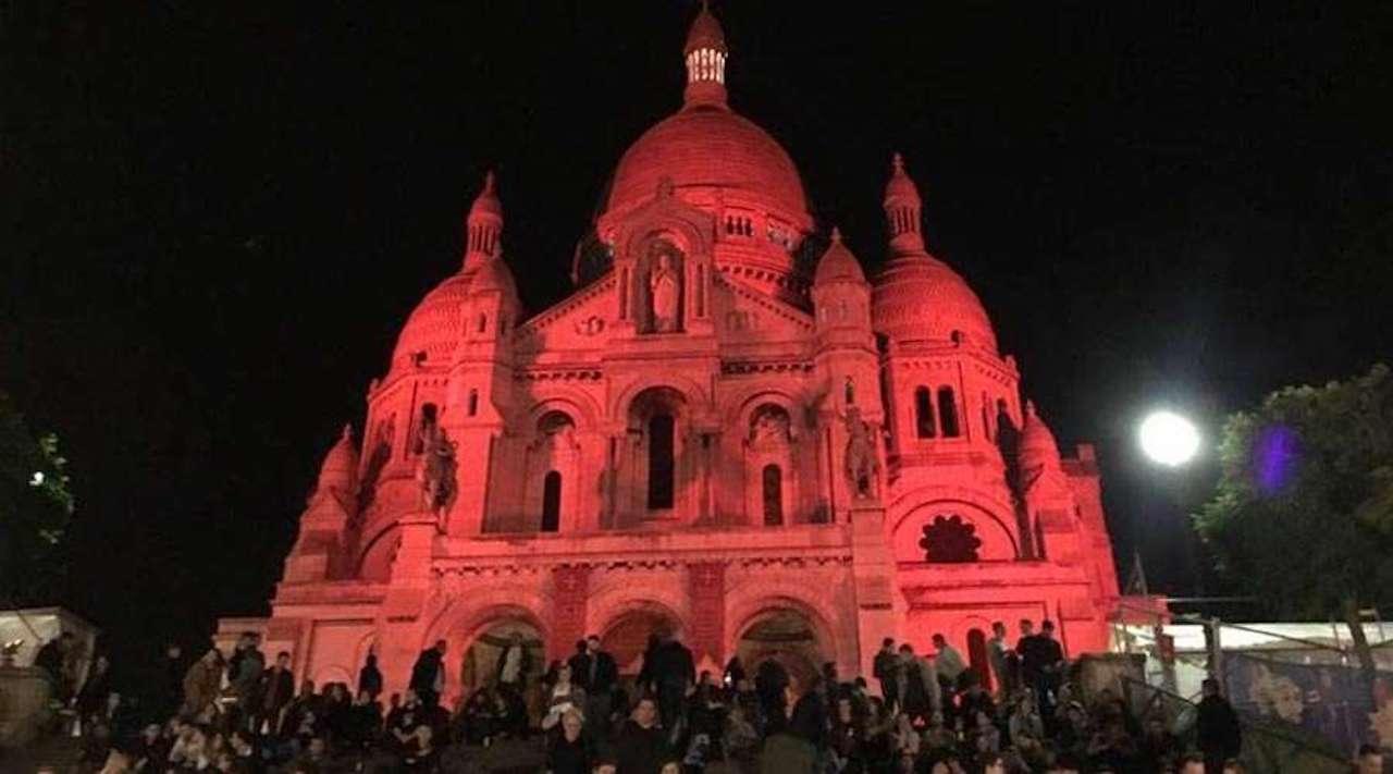 Basílica del Sagrado Corazón de París se tiñó de rojo en honor a mártires cristianos