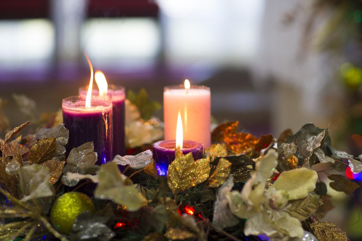 Encender las velas de la Corona de Adviento es una de las tradiciones que nos prepara para Navidad.