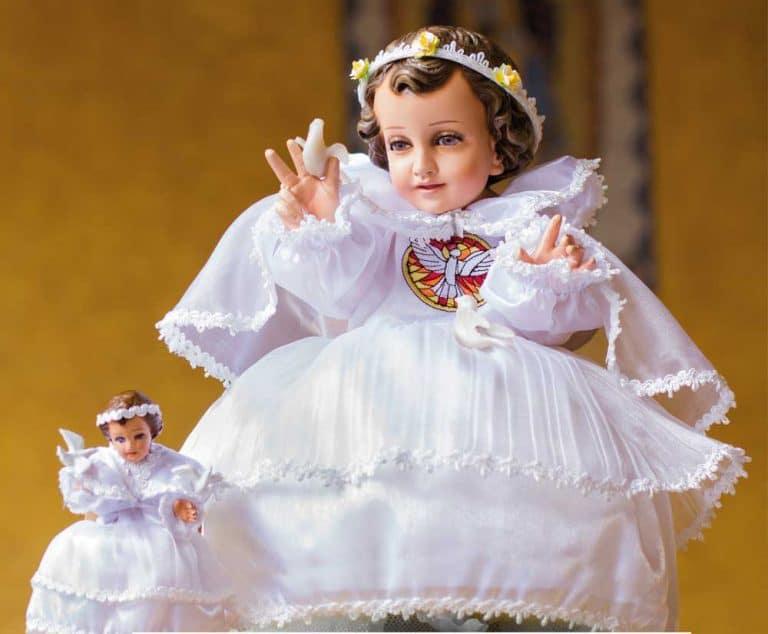 Puedes vestir al Niño Dios como el Niño de las Palomitas, como muestra la foto.
