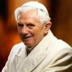 Vaticano desmiente que Benedicto XVI tenga una enfermedad paralizante