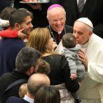 El Papa felicita a los padres en su día: Sean custodios de sus hijos como lo fue San José