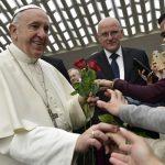 Las parroquias no deben cobrar por dedicar la Misa a un difunto, reclama el Papa