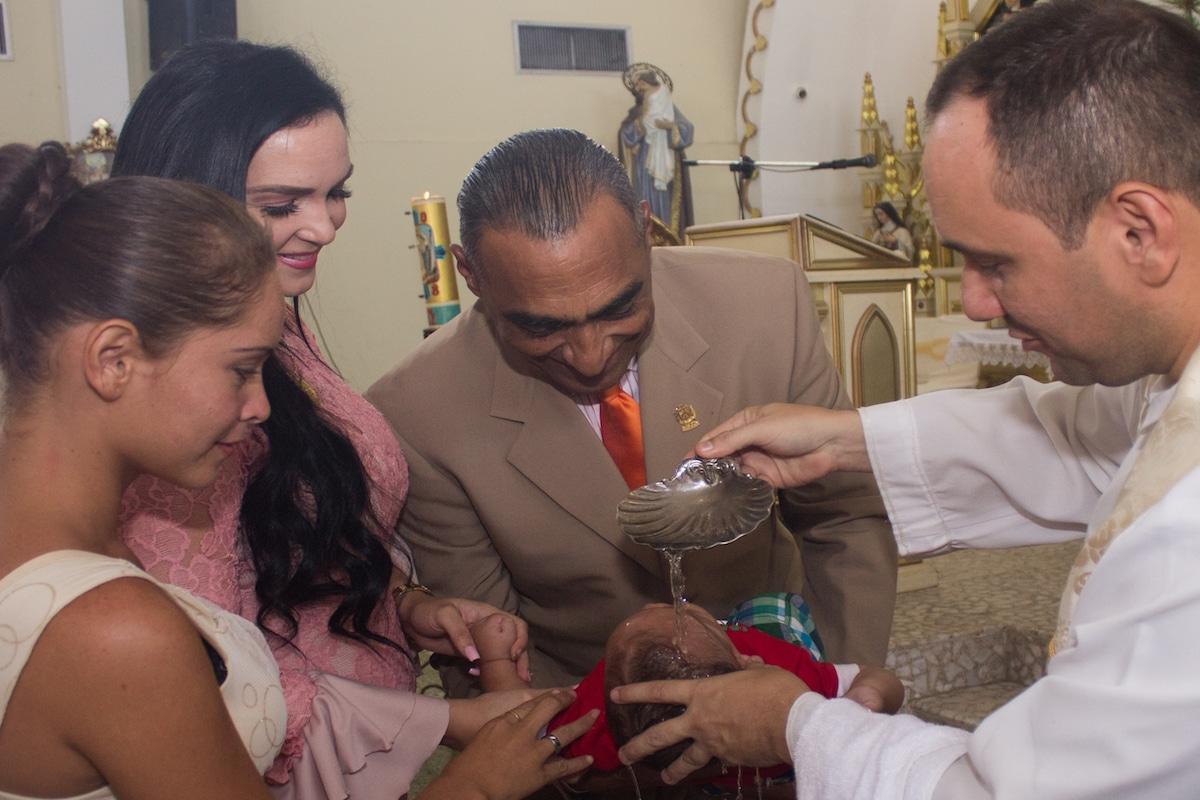 Los padrinos juegan un papel fundamental en la educación espiritual de los niños. Foto: Cathopic