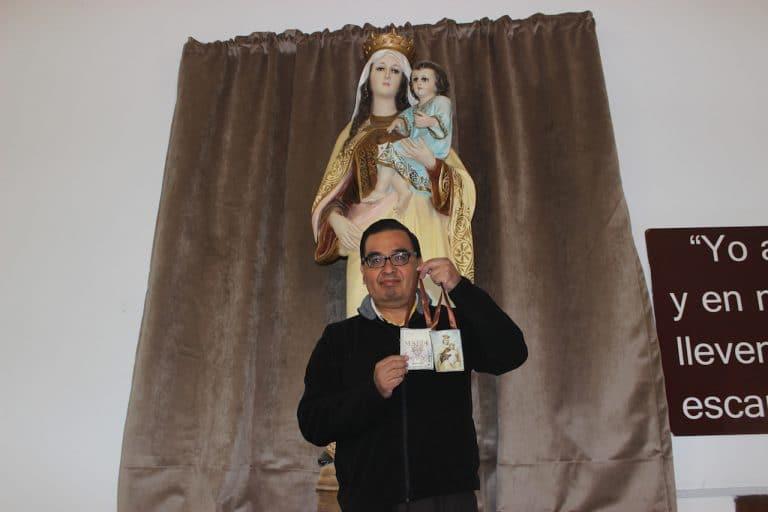 El padre Pablo Martínez García frente a una imagen de la Virgen del Carmen.