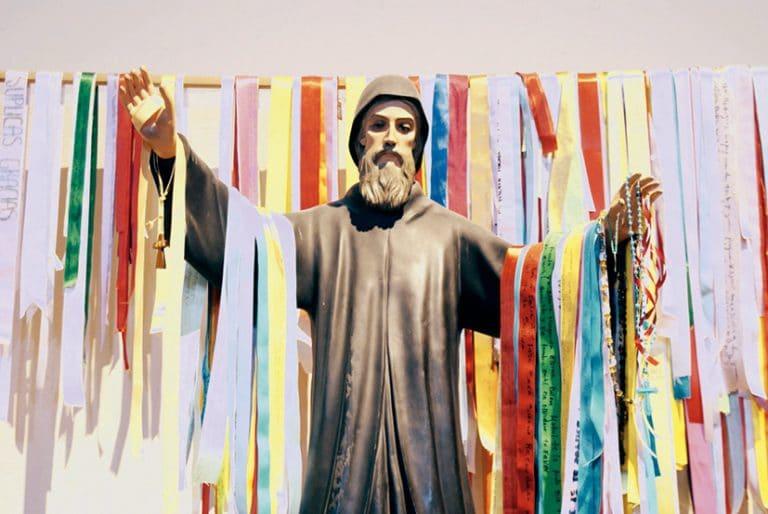 Aunque la Iglesia no reconoce cualidades en el color de cada listón, de acuerdo con la tradición, cada listón de San Charbel tiene un significado diferente.