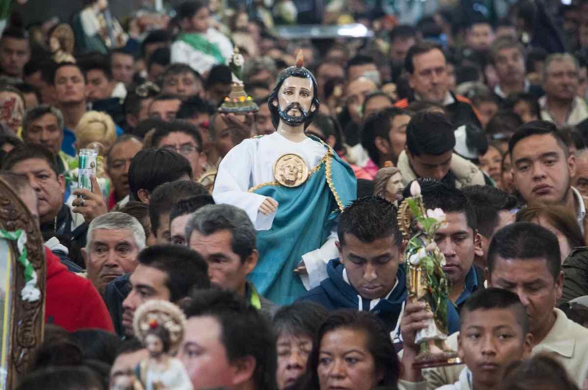 Miles de católicos rinden devoción a San Judas Tadeo.