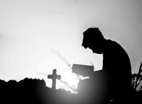 3 razones para rezar el Rosario por los difuntos