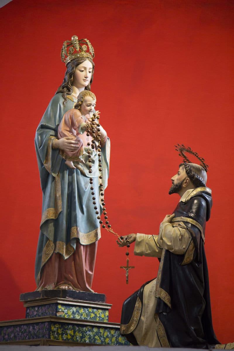 La Virgen le presentó el Rosario como lo conocemos s Santo Domingo de Guzmán. Foto: Cathopic