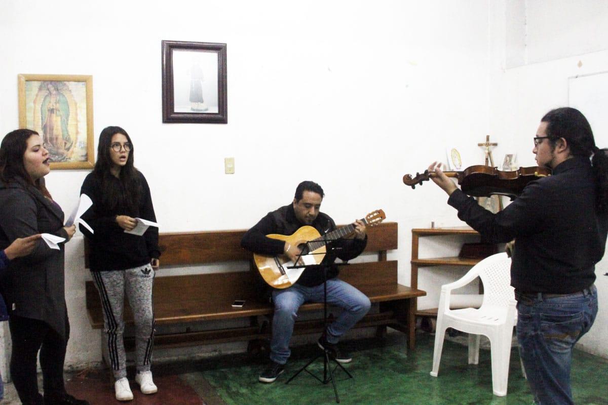 Jóvenes se encuentran con Dios a través de la música.