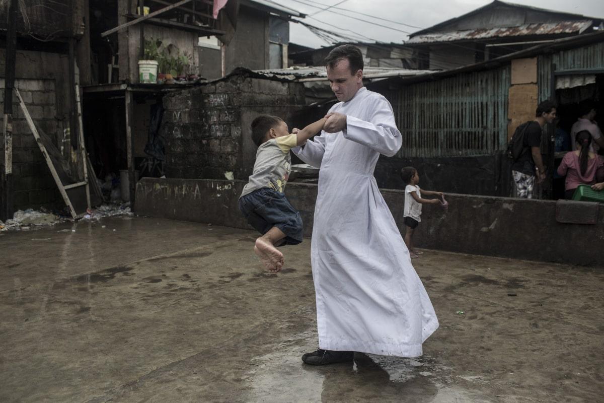 El sacerdote que lleva fe a los basureros de Manila