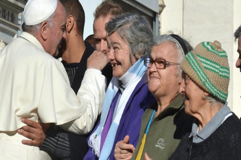 El Papa Francisco saluda a un grupo de personas sin hogar. Foto: Vatican Media.