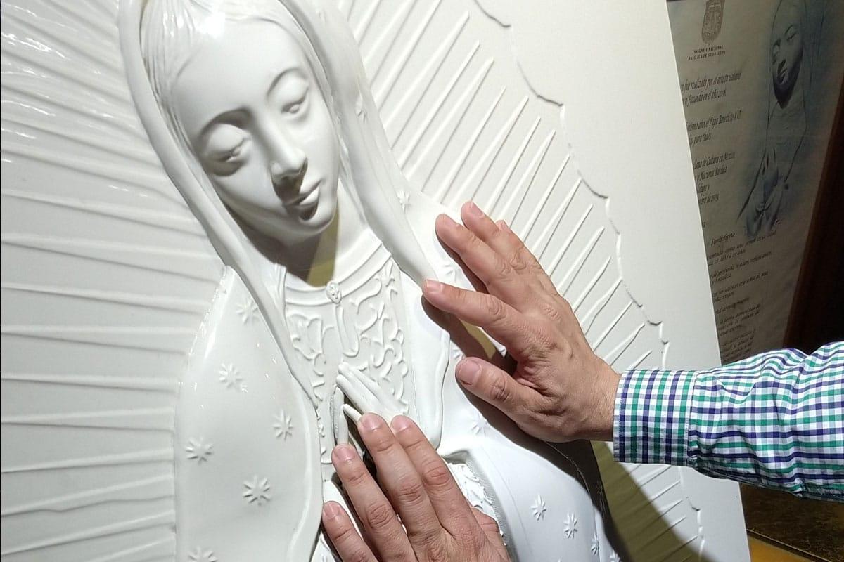 La imagen de la Virgen fue especialmente hecha para las personas ciegas.