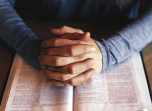 Por qué orar te ayuda a cumplir tus propósitos de Año Nuevo