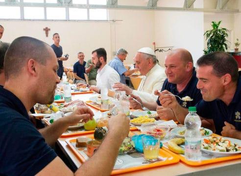 El Papa Francisco invita a personas pobres a una comida de Navidad