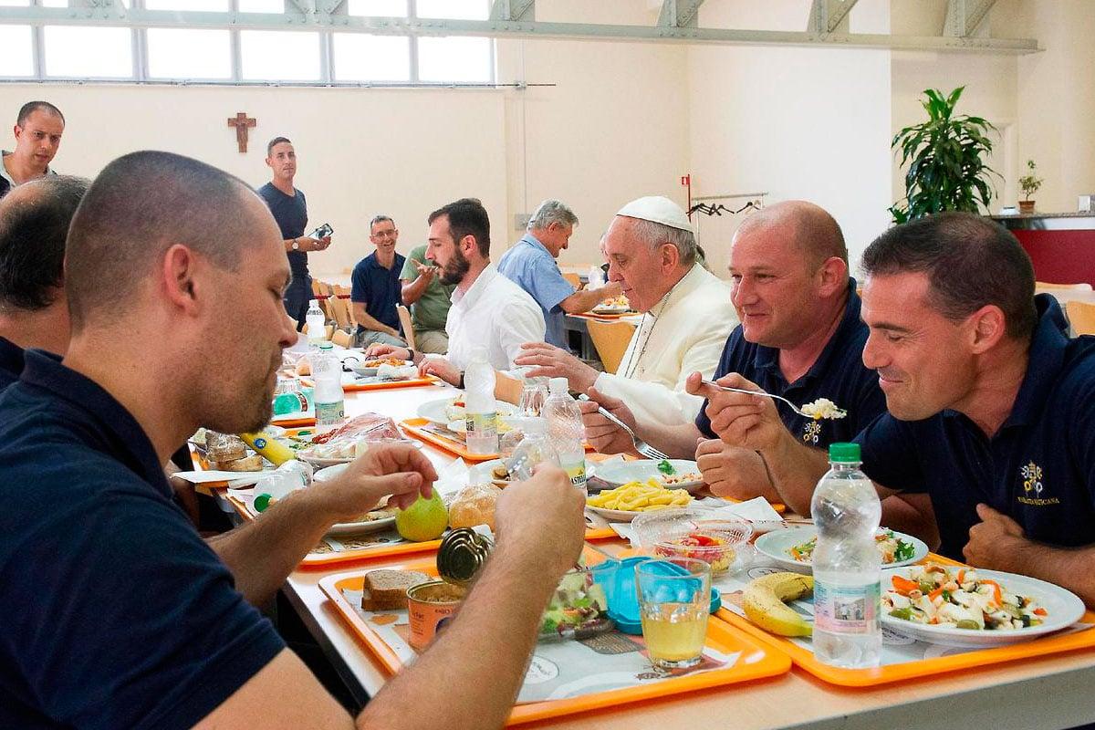 El papa Francisco invita comida navideña a personas en situación vulnerable.