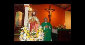 El sacerdote Mario Guevara fuer rociado con ácido; su salud es estable.