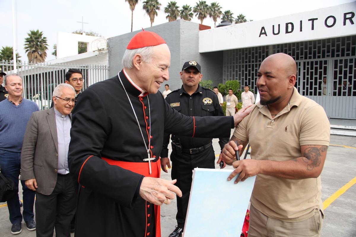 Visita del Cardenal Carlos Aguiar a un centro de readaptación social.