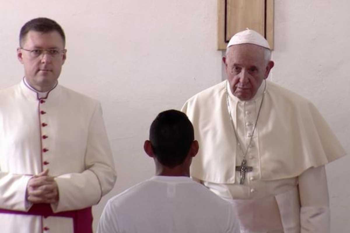 Papa visita a jóvenes internos