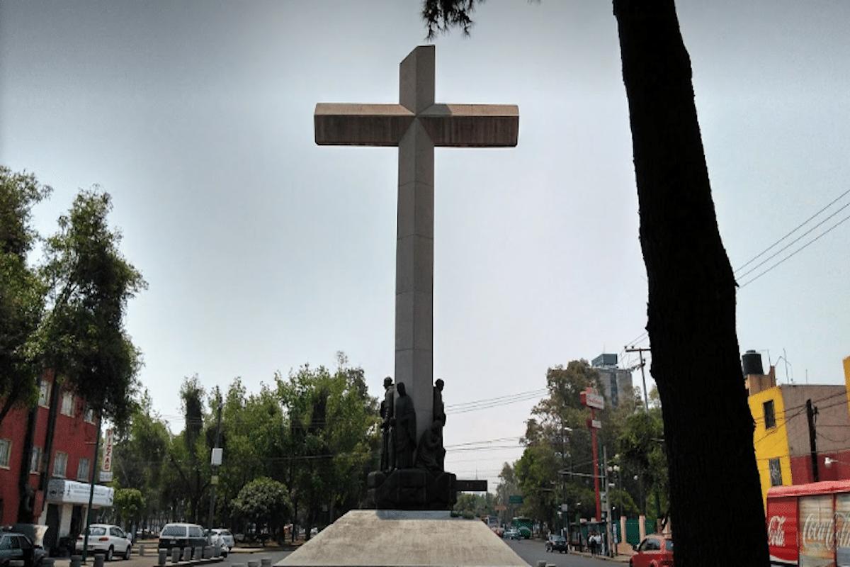 La Cruz de la Evangelización está ubicada en la ex Glorieta de Peralvillo y también es conocida como Monumento a los Peregrinos.