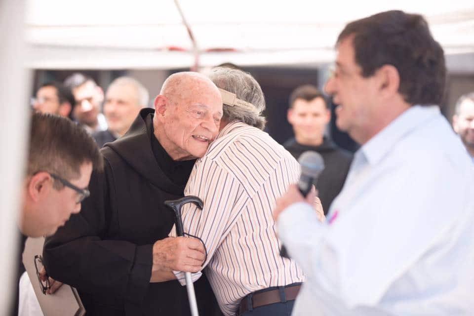 Fray Gabriel abraza al arquitecto Javier Ramírez Campuzano. Foto: María Langarica