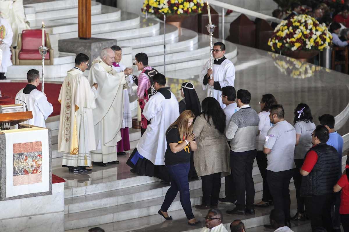 El Cardenal Carlos Aguiar Retes, Arzobispo Primado de México, recibió a las puertas de la Basílica a los obispos auxiliares que peregrinaron con los fieles.