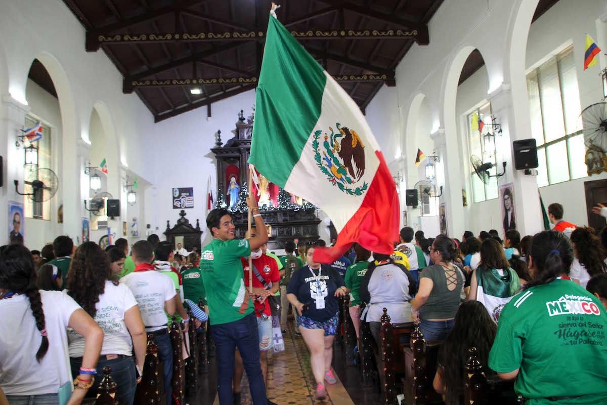 """""""¡Ésta es, la juventud del Papa!"""", fue la frase de los peregrinos aztecas que más se escuchó. Foto: Sergio Angel / JMJ"""