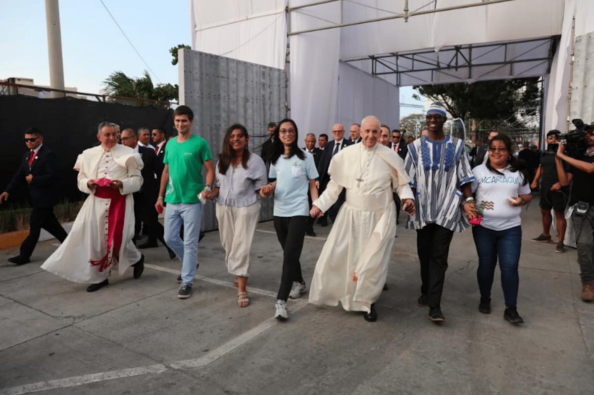 El Papa Francisco camina con jóvenes representantes de los 5 continentes durante la Jornada Mundial de la Juventud 2019. Foto: JMJ 2019