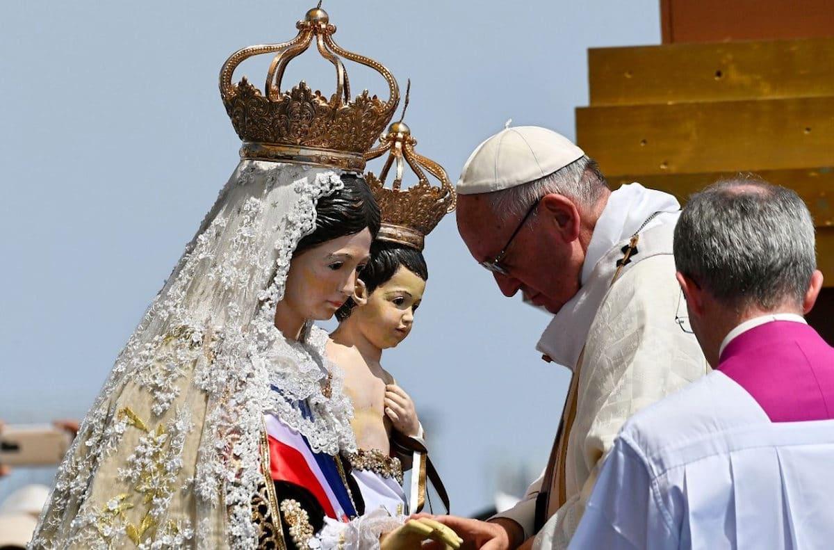 El Papa Francisco ora frente a una imagen de la Virgen del Carmen de la Tirana durante su visita a Chile. Foto: Vatican Media