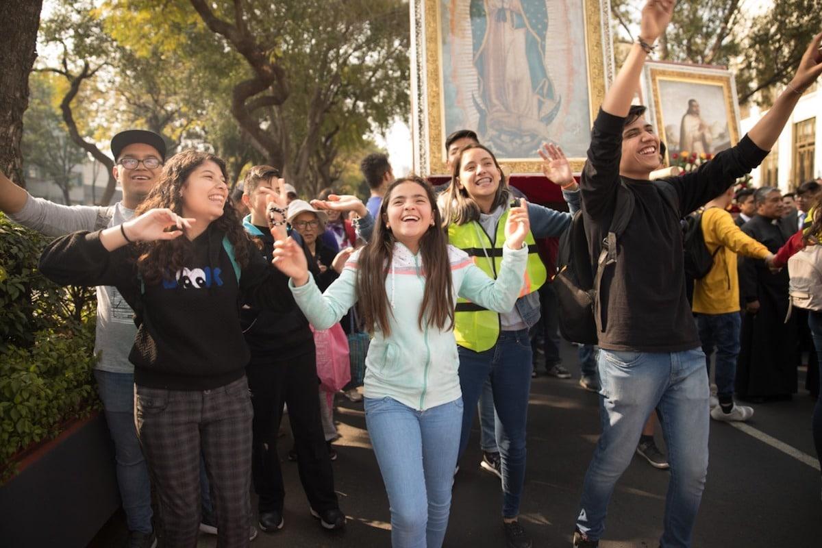 Jóvenes cantando durante la peregrinación de la Arquidiócesis de México. Foto: María Langarica