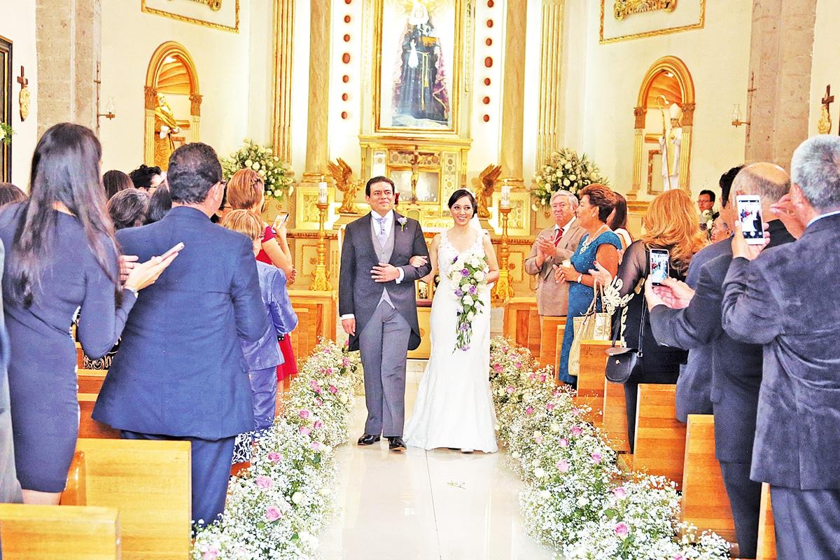 """""""No es suerte, Dios nos ha servido de guía para saber lo que queremos y llegar con la persona correcta. Ahora, como esposos, Él guía nuestros pasos cada día y acrecienta nuestro amor""""; dijo Francisco."""