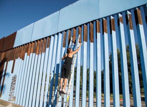 La mexicana que pintó el cielo en el muro fronterizo