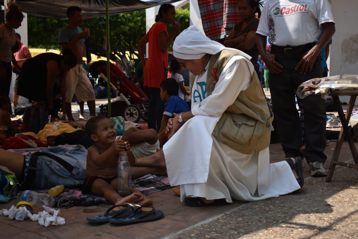Religiosos asisten a la caravana migrante. Foto: Ricardo Sánchez