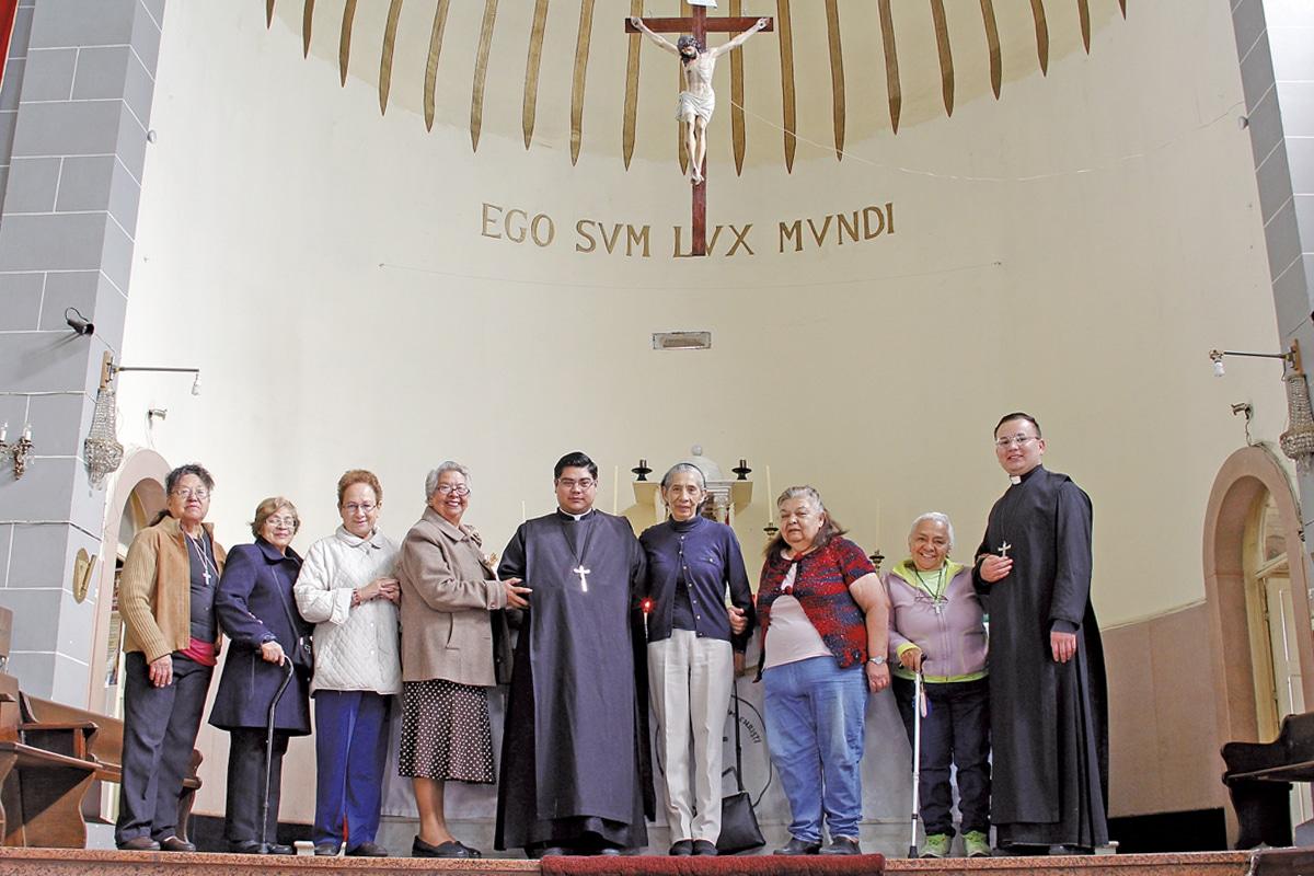 En el grupo de Biblia de la parroquia de San Pedrito está conformado por seminaristas y mujeres laicas.