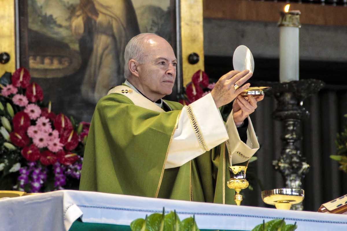 Carlos Aguiar Retes celebrando Misa en la Basílica de Guadalupe