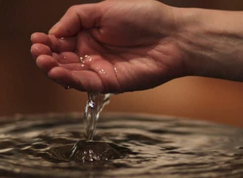 ¿Por qué los fieles se mojan con agua bendita las manos y la frente?