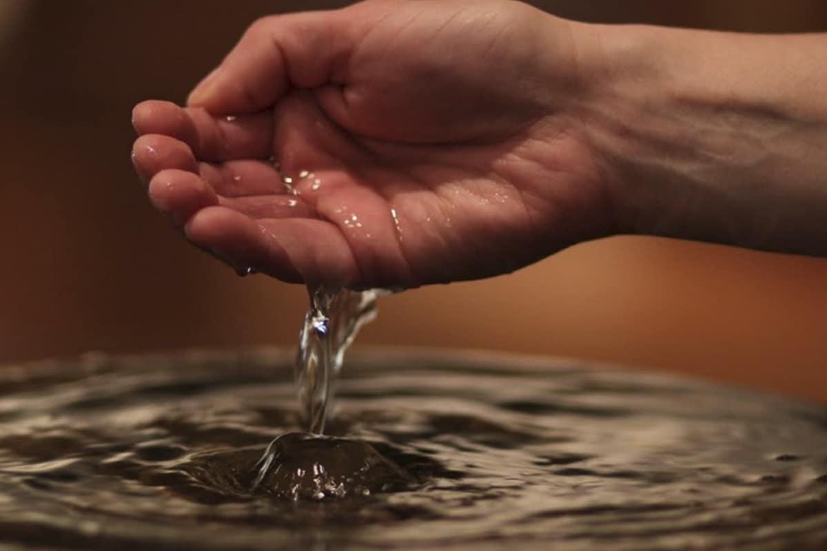 El agua bendita también es signo de pureza y del deseo de recibir la protección de Dios.