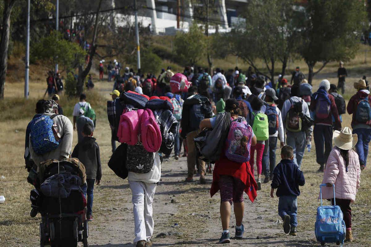 Los grupos de migrantes están formados por niños, jóvenes y adultos. Foto: Telemundo