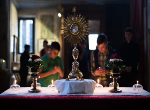 Asistir a Misa o adorar al Santísimo: ¿qué es más importante?