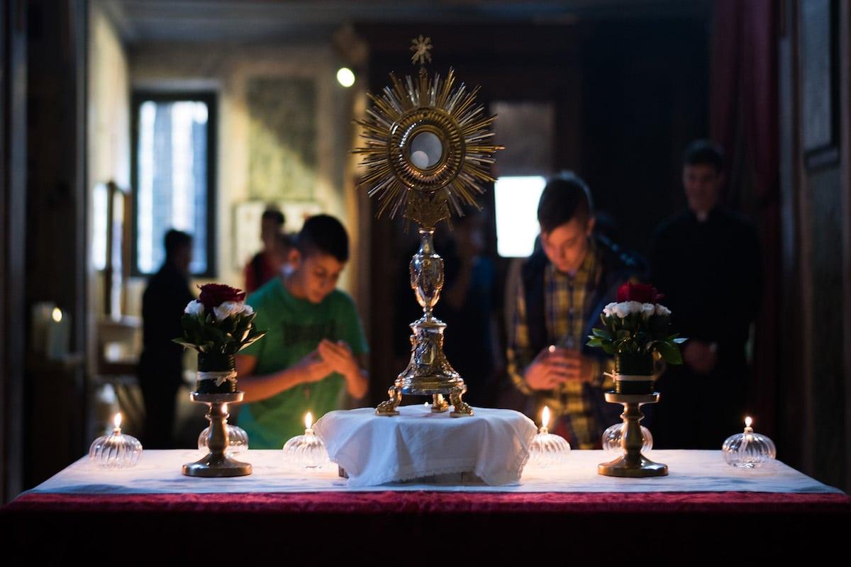 Es válida la adoración al Santísimo Sacramento en internet?