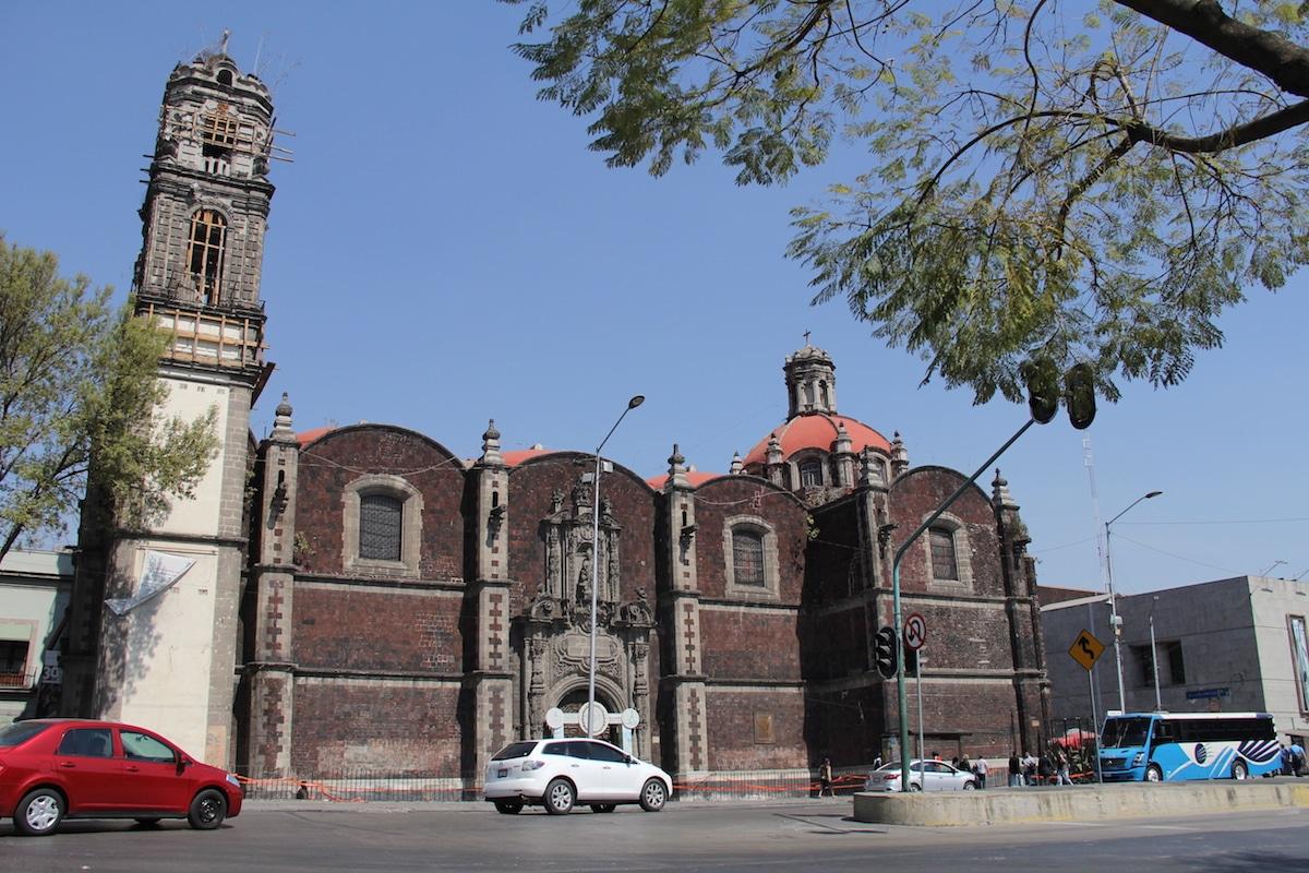 La parroquia de la Santa Veracruz está cerrada por daños estructurales. Foto: Alejandro García