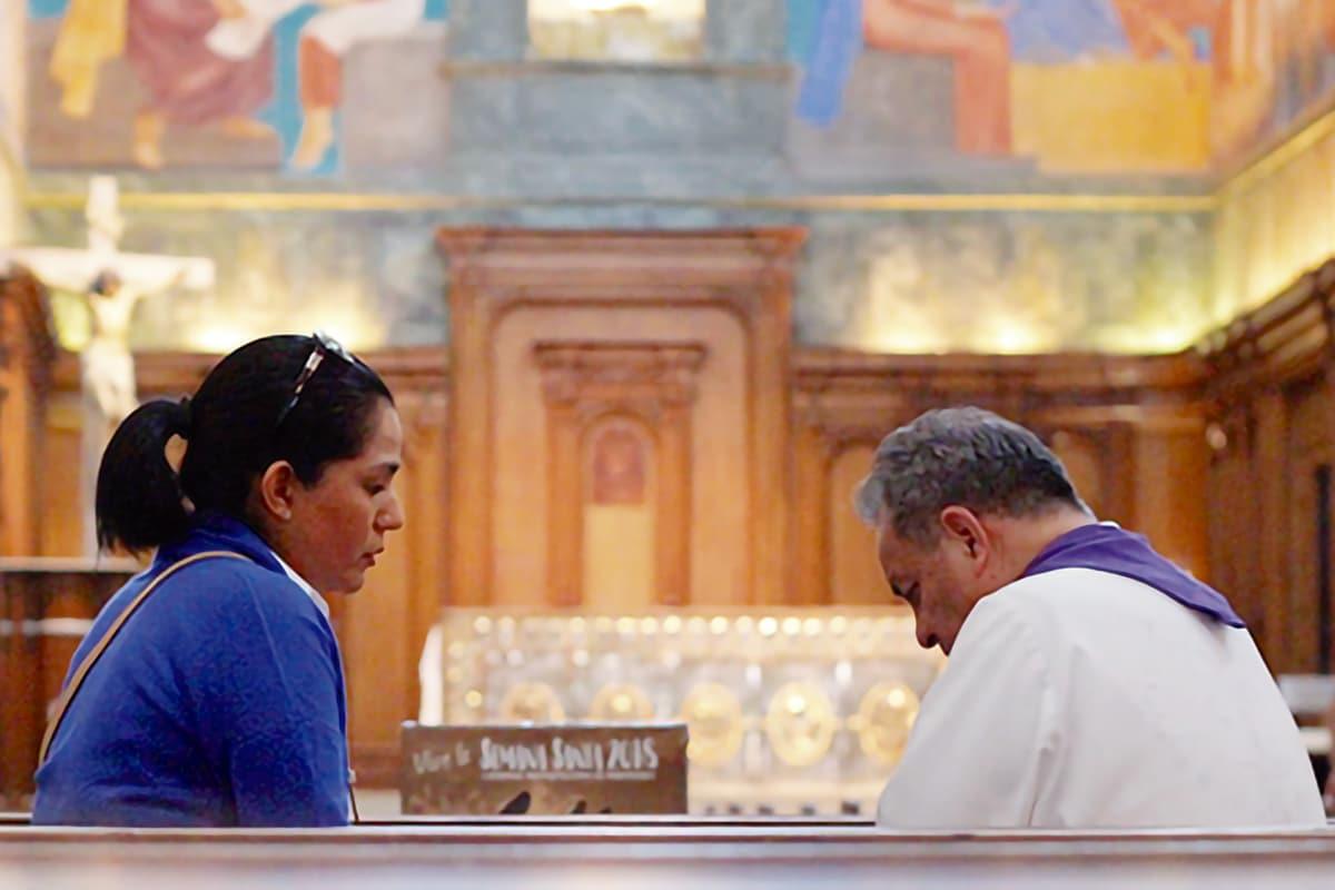 El aborto tiene una pena de excomunión automática, pero, como buena Madre, recibe al pecador arrepentido. Foto: Cathopic