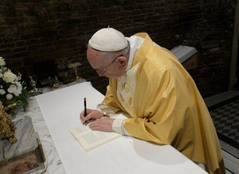 El Papa firmó la Exhortación Apostólica sobre jóvenes