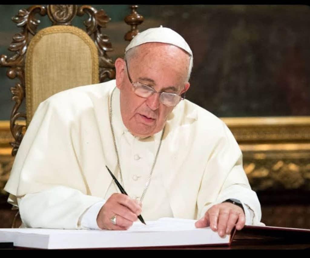 Papa Francisco firmando un documento. Foto: L'Osservatore Romano