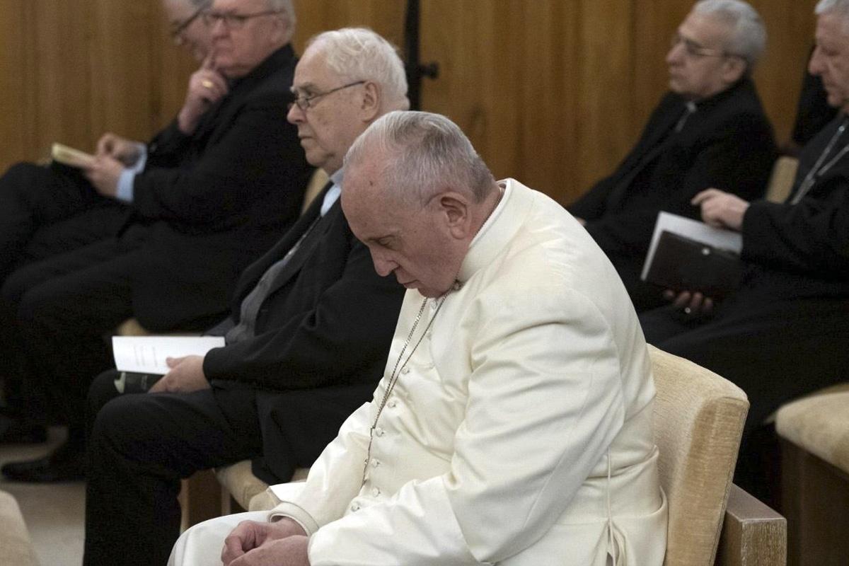 El Papa Francisco orando. Foto: Vatican Media