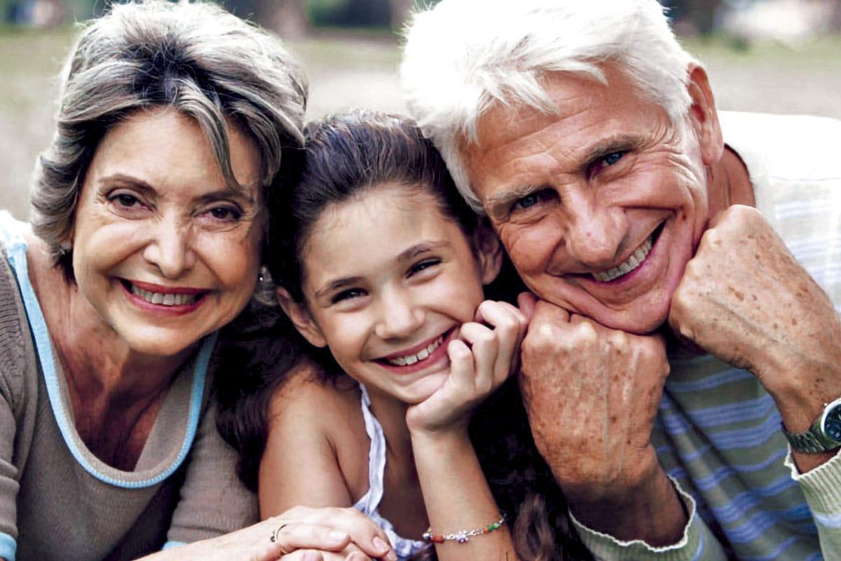 Los abuelos son la segunda referencia de educación para los niños.