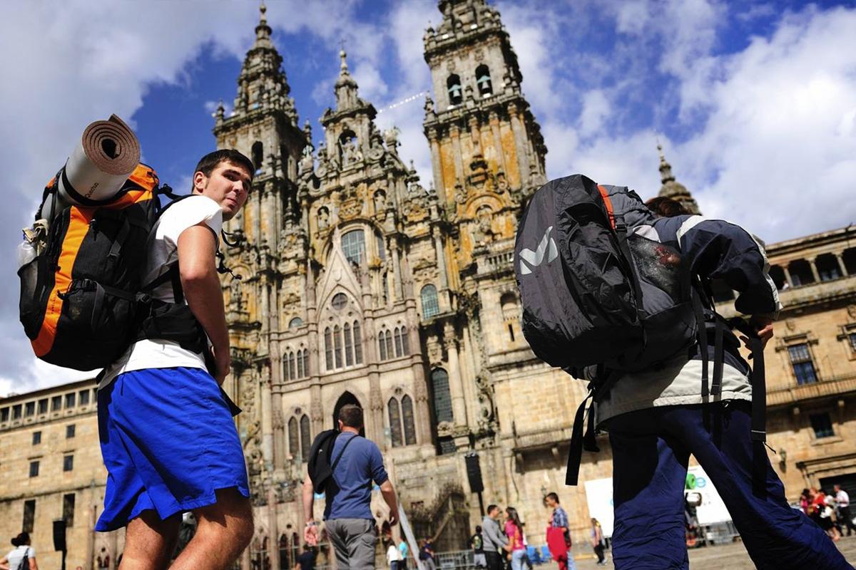 Los peregrinos del Camino de Santiago llegan a la Catedral de Santiago de Compostela, un gran destino religioso.