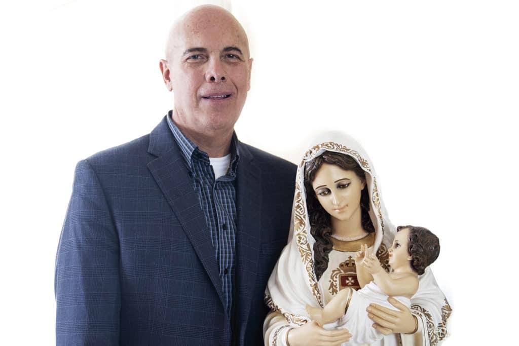 Carlos Manero con una imagen de la Virgen María. Foto: María Langarica