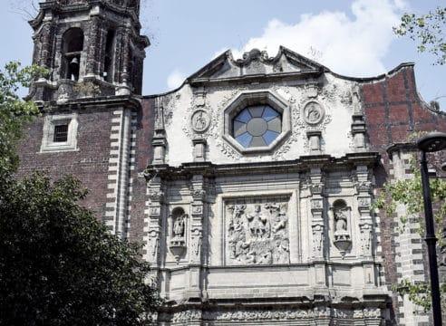 Las Misas en San Fernando siguen pese al cierre del templo