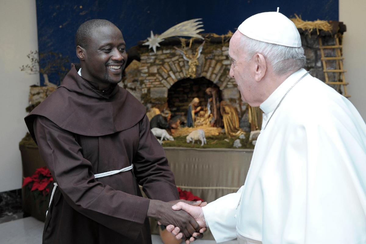 Peter Tabichi, el Mejor Maestro del Mundo 2019, con el Papa Francisco. Foto: Twitter @petertabichi