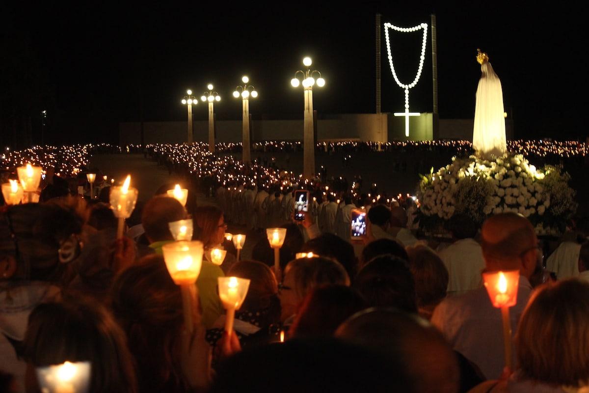 El rezo del Rosario en el santuario de Fátima, Portugal. Foto: Cathopic
